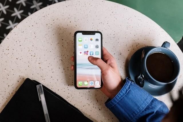 alışveriş rehberi sosyal medya akıllı telefon tutan adam