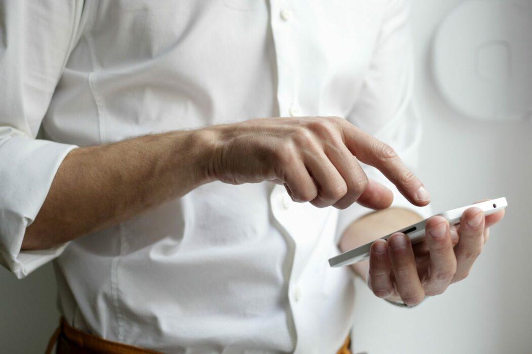 çevrimiçi gizlilik akıllı telefon kullanan insan