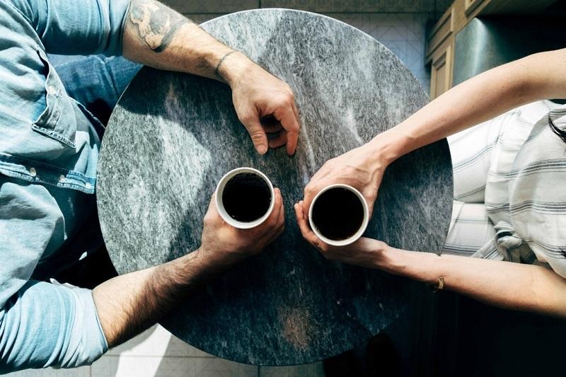 conversational marketing kahve masası el kahve kupası