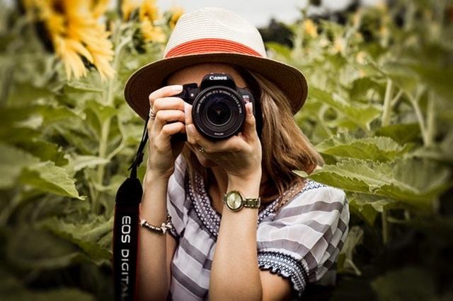 fotoğraf çeken kadın