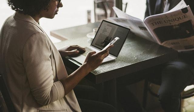 freelance tasarımcı cafede çalışan kadın