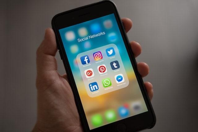 güvenlik tedbirleri telefonda sosyal medya ikonları