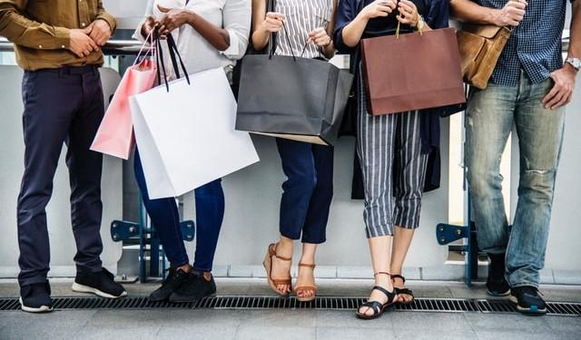 indirim kampanyaları alışveriş torbalı insanlar