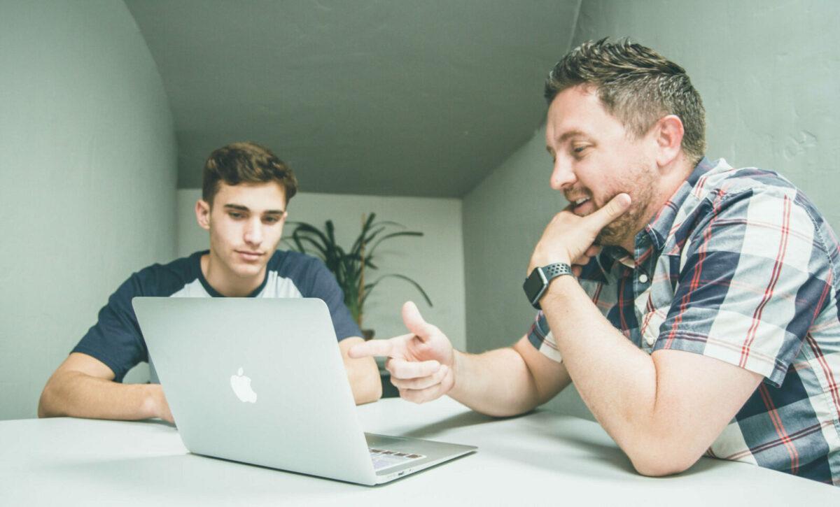 iş fikirleri mentor akıl hocası laptopla çalışan insanlar