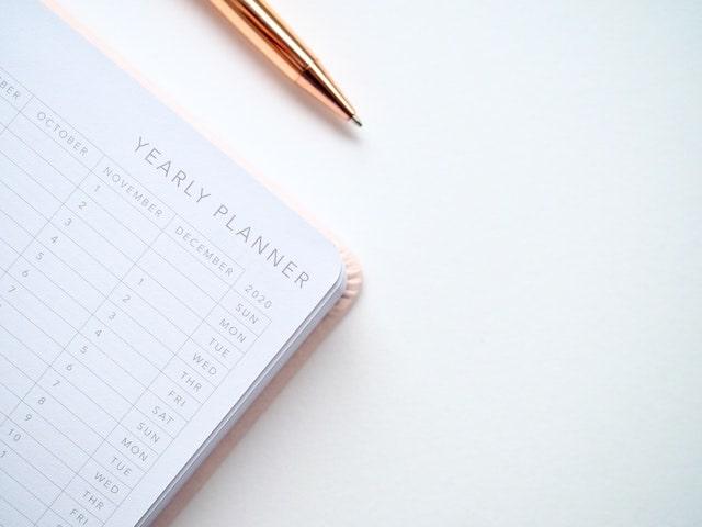 iş planı masa üstünde planlayıcı ve kalem