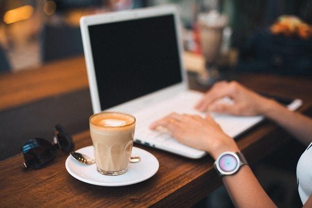 proje yönetimi laptop kahve