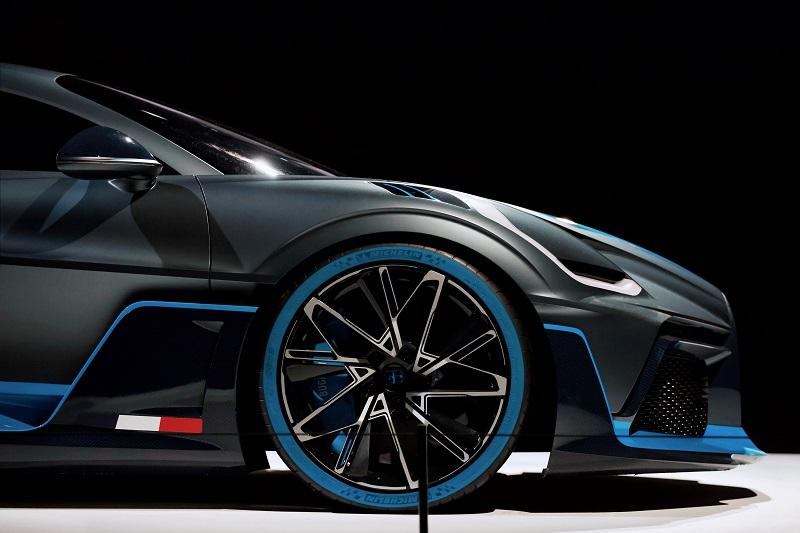blog yazısı siyah lüks araba son model
