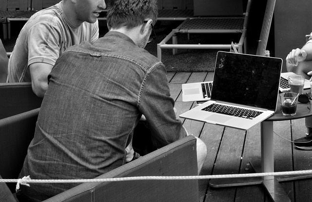 dropshipping laptop ile çalışan insanlar