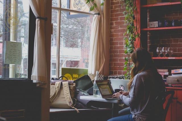 Kişisel Web Sitesi Kurun Kahve Dükkanında Çalışan Kadın