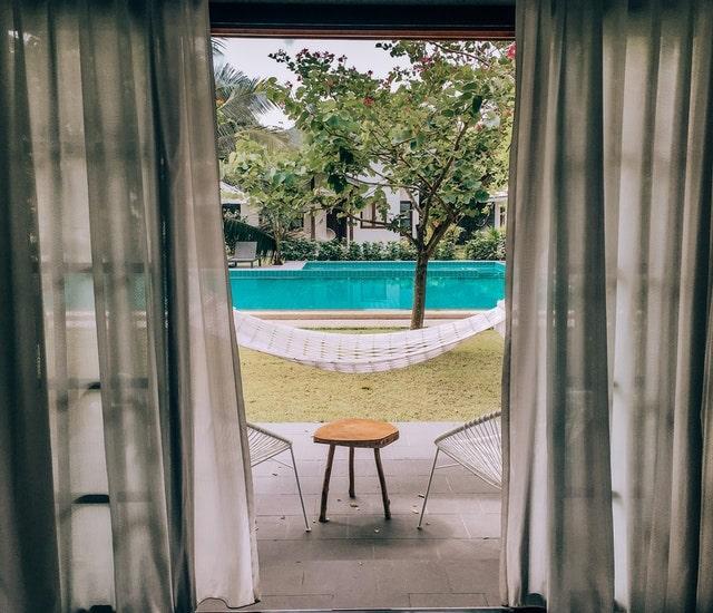 küçük oteller pencereden görünen havuz