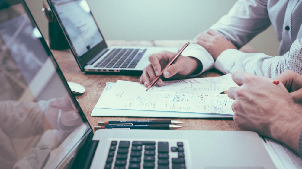 müşteri edinme stratejisi analiz bilgisayar başında analiz yapan çalışanlar
